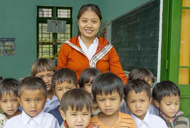 Cô giáo xinh đẹp Dương Ngọc Thanh Hương bên các em nhỏ