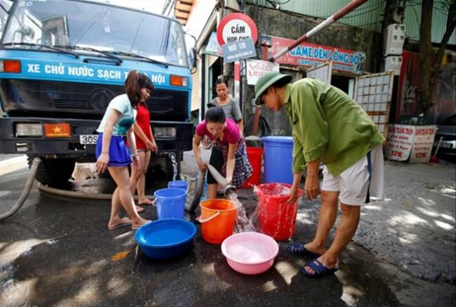 Người dân Hà Nội đôi lúc chật vật mới có được nước sạch để dùng hằng ngày   Ảnh: T.H