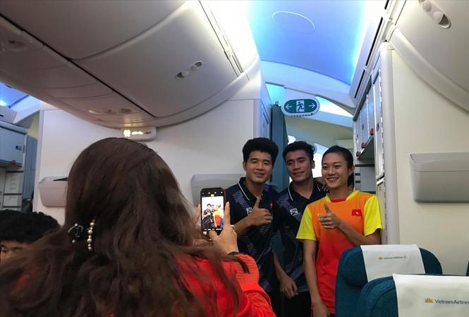 Tú Chinh tranh thủ chụp hình cùng Đức Chinh và Tiến Dụng