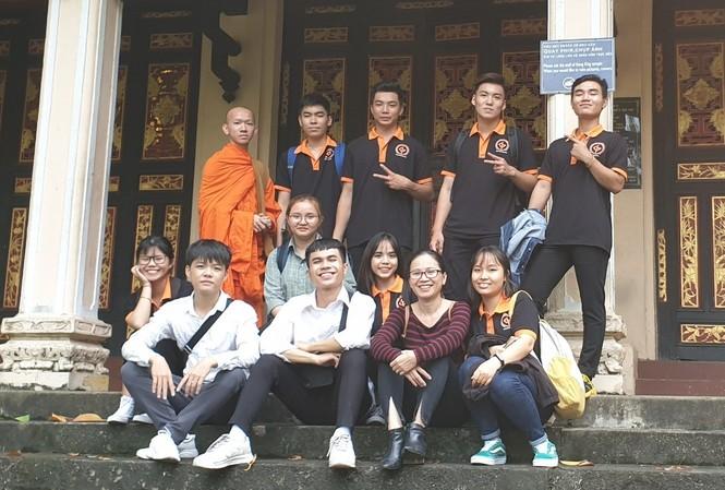 Cao Phi Phàm (người đứng, bìa phải) trong chuyến đi thực tế tại Bảo tàng Lịch sử Việt Nam    Ảnh: N.T