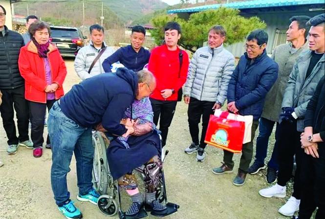 HLV Park Hang Seo xúc động khi gặp mẹ ở nhà dưỡng lão