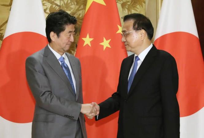 Thủ tướng Nhật Bản Shinzo Abe (trái) và Thủ tướng Trung Quốc Lý Khắc Cường trong cuộc gặp tại Thành Đô Ảnh: Kyodo