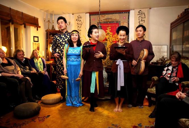 Quang Long (bìa phải) và nhóm Xẩm Hà Thành biểu diễn cho các học giả Việt và Đức tại tư gia GS Thái Kim Lan, Munich tháng 2/2015 Ảnh: NVCC
