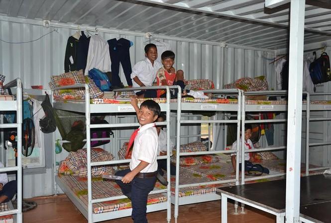 Những thùng container cải hoán đã trở thành nơi ở của hàng trăm học sinh người Cor trường bán trú Trà Lãnh suốt mấy năm qua