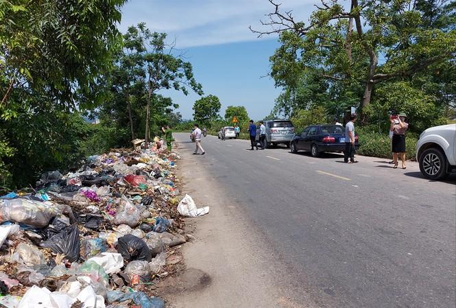 Ðoàn liên ngành thành phố Hà Nội kiểm tra tình trạng rác ùn ứ của Cty Minh Quân tại huyện Mỹ Ðức giữa tháng 5/2020