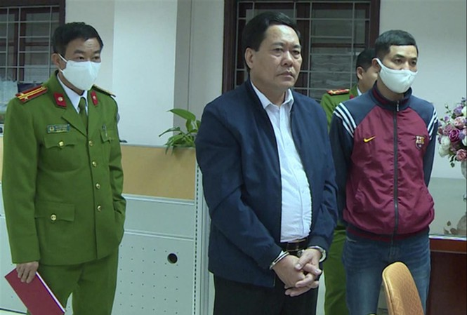 Nguyễn Ngọc Ðính (giữa) bị công an bắt ngày 19/3