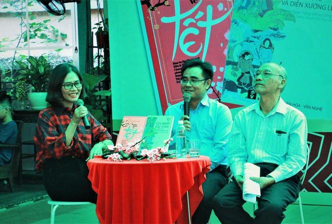 Nhà nghiên cứu Huỳnh Ngọc Trảng (bên phải) gặp gỡ giao lưu với bạn đọc tại TPHCM                     Ảnh: Tư liệu