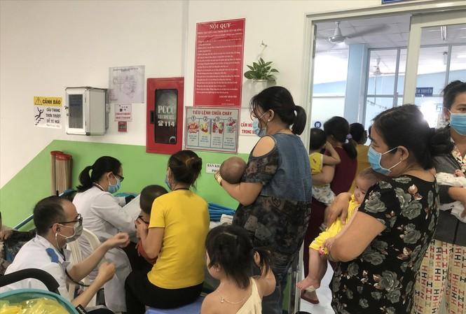 Bệnh nhi mắc bệnh hô hấp tăng cao (ảnh chụp tại Bệnh viện Nhi đồng 1 ngày 23/10)