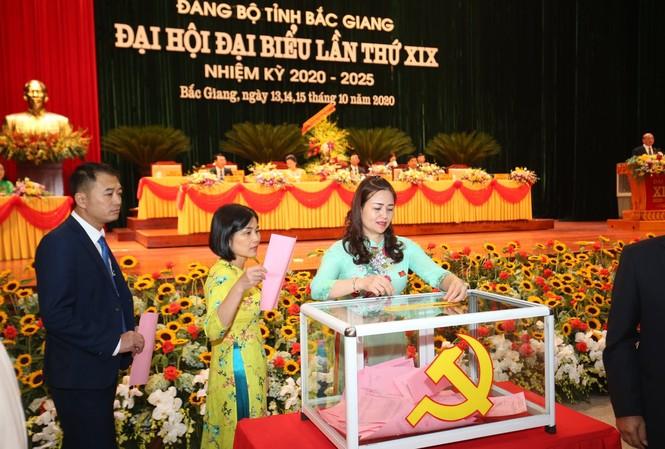 Ðại biểu bỏ phiếu bầu Ban chấp hành tại Ðại hội Ðảng bộ tỉnh Bắc Giang nhiệm kỳ 2020-2025                         Ảnh: Như Ý