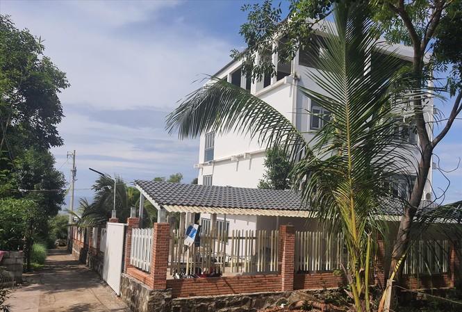 Biệt phủ xây dựng trái phép giữa đường, trên núi Ðiện Tiên (Phú Quốc), trong vùng dự án gây bức xúc dư luận          Ảnh: Hồng Lĩnh