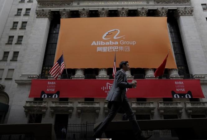 Biển hiệu của Alibaba trước Sở Giao dịch Chứng khoán New York ngày 11/11/2015 Ảnh: REUTERS