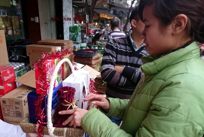 Năm nay, giỏ quà Tết bình dân thu hút người dân mua đem biếu, tặng