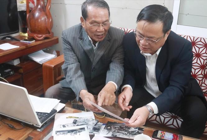 Ông Lê Ðình Rê (trái) chia sẻ những tư liệu quý với Chủ tịch UBND huyện Hoàng Sa Võ Ngọc Ðồng. Ảnh: Nguyễn Thành