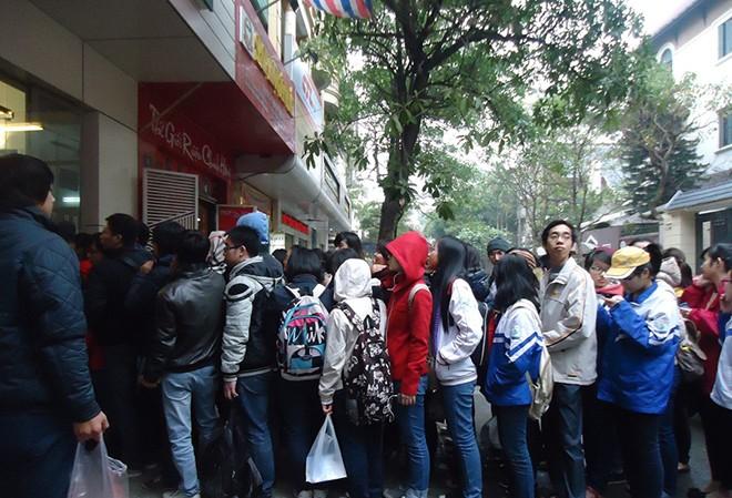 Fan xếp hàng mua tự truyện