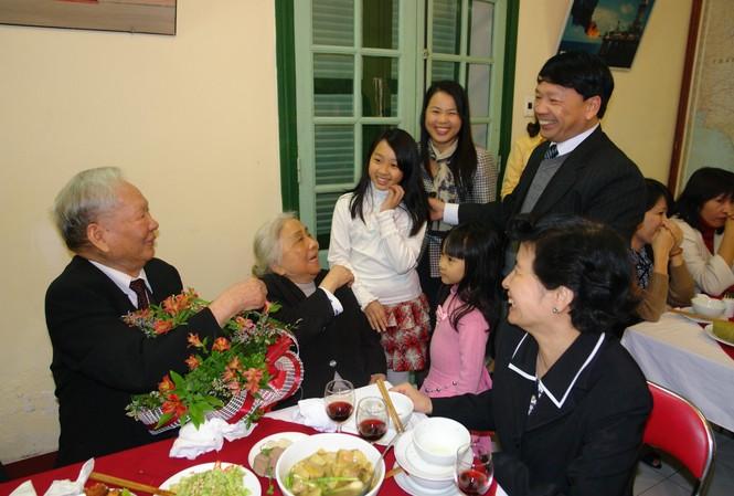 Nguyên Chủ tịch nước Lê Ðức Anh cùng gia đình nhà báo Vũ Sơn Thủy