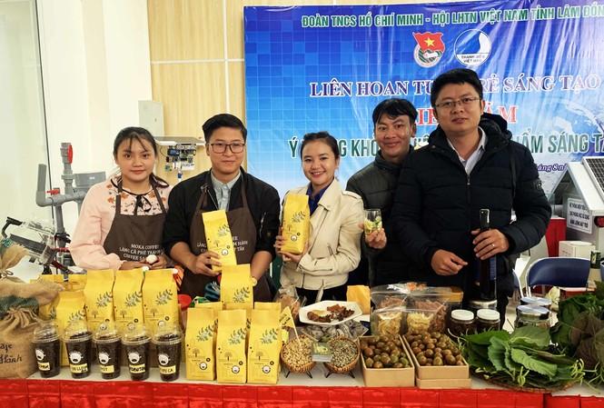 Giới thiệu các sản phẩm khởi nghiệp của thanh niên Lâm Ðồng.  ẢNH: KIM ANH