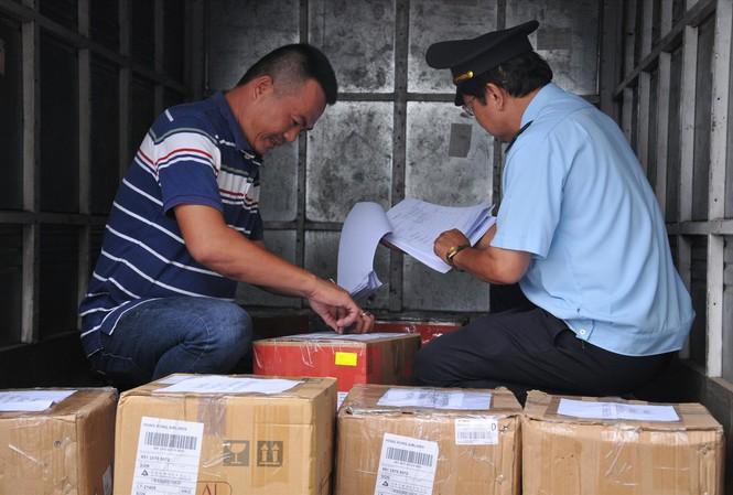 Hải quan kiểm tra việc kê khai hàng hóa của một doanh nghiệp.  Ảnh: Tuấn Nguyễn