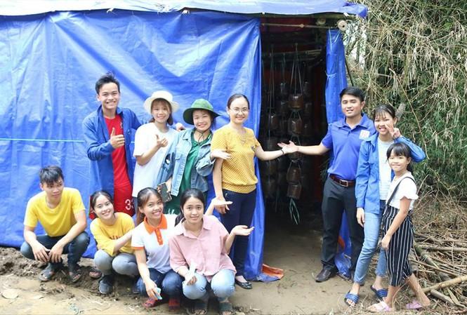 Các thầy cô và nhóm sinh viên chuyển giao công nghệ trồng nấm bào ngư trong chiến dịch Mùa hè xanh năm 2018 của ÐH Sư phạm (ÐH Ðà Nẵng) tại xã Duy Phước (huyện Duy Xuyên). Ảnh: NVCC