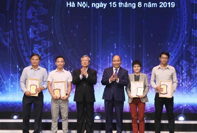 Thủ tướng Nguyễn Xuân Phúc và Ủy viên Bộ Chính trị, Thường trực Ban Bí thư Trần Quốc Vượng trao giải cho các tác giả đạt giải A. Ảnh: Như Ý  