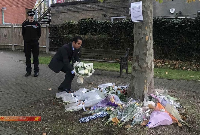 Thứ trưởng Ngoại giao Tô Anh Dũng đặt hoa tưởng niệm 39 nạn nhân. Ảnh: BNG