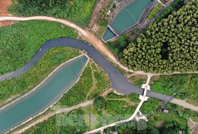 Sự cố nước sông Ðà nhiễm dầu thải ảnh hưởng nghiêm trọng đến đời sống của hàng chục vạn hộ dân Thủ đô.  Ảnh: Hoàng Mạnh Thắng  