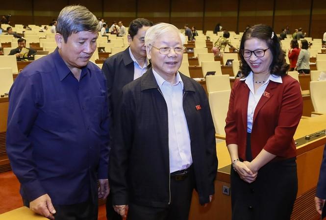Tổng Bí thư, Chủ tịch nước Nguyễn Phú Trọng trao đổi với các đại biểu bên lề phiên chất vấn. Ảnh: Như Ý