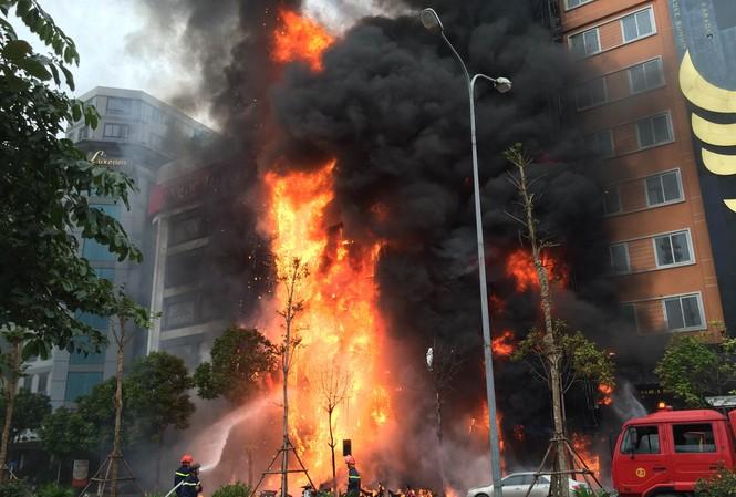 Vụ cháy quán Karaoke trên đường Thái Tông Hà Nội. Ảnh: Hồng Vĩnh
