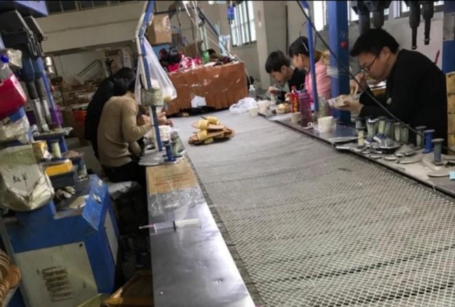 """Lao động """"chui"""" làm việc trong một xưởng sản xuất dép ở Trung Quốc (ảnh do lao động cung cấp)"""