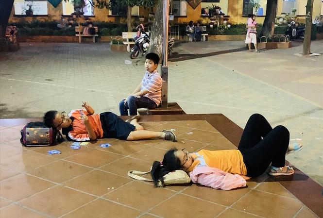 Học sinh vạ vật, mệt mỏi sau một ngày học ở trường tiểu học