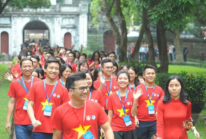Chiều 26/11, các đại biểu tham dự Diễn đàn Trí thức trẻ Việt Nam toàn cầu lần thứ hai 2019 tham quan Văn Miếu - Quốc Tử Giám. Ảnh: Xuân Tùng