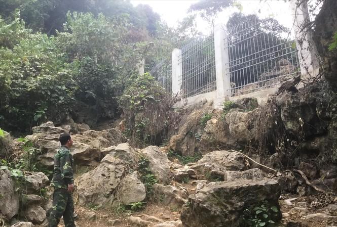 Hàng rào ngăn hàng lậu ở khu vực Hang Dơi, Thác Ném. Ảnh: Duy Chiến