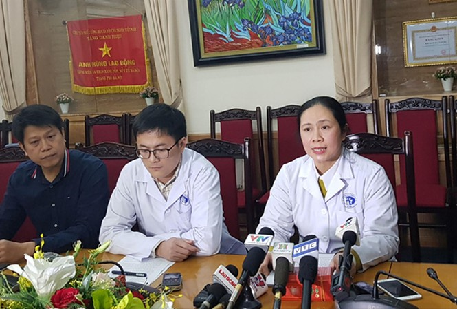 Bà Trần Liên Hương, Phó giám đốc BV trả lời báo chí về vụ gian lận. Ảnh: T.Hà