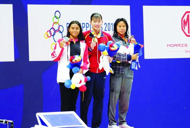 Với 6 HCV, 2 HCB giành được tại SEA Games 30, Ánh Viên (giữa) là VÐV được thưởng cao nhất theo quy định của nhà nước. Ảnh: H.M  