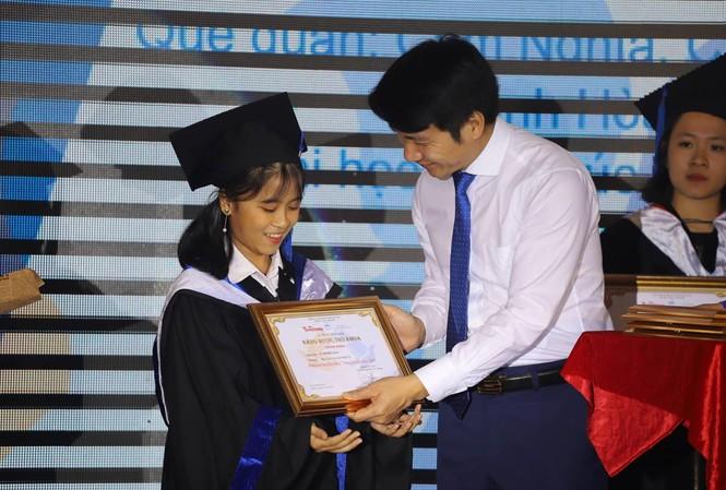 Anh Nguyễn Ngọc Lương, Bí thư Trung ương Ðoàn trao học bổng cho thủ khoa