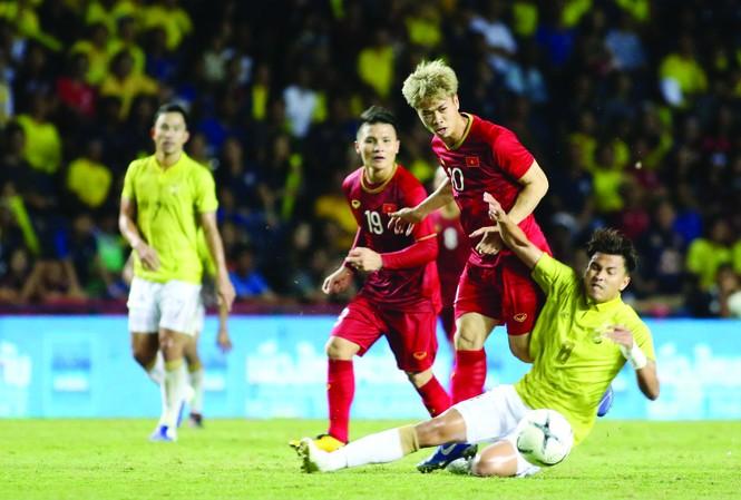 Cuộc đối đầu giữa hai đội bóng Việt Nam và Thái Lan bao giờ cũng gay cấn. Ảnh: PV