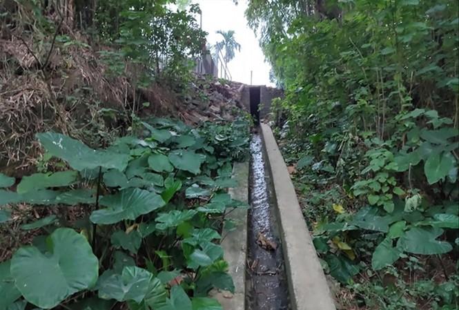 Nhiều cống nước thải xả xuống đầu nguồn sông Đuống và sông Hồng.  Ảnh: Minh Đức