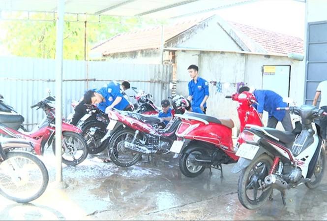 Các bạn thanh niên tình nguyện ở xã Triệu Trung  rửa xe gây quỹ
