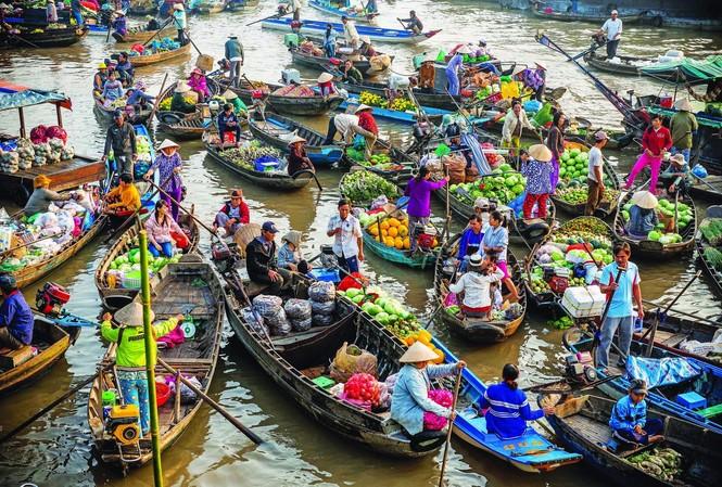Du  lịch trên thuyền ở chợ nổi Cái Răng  Ảnh: phù sa