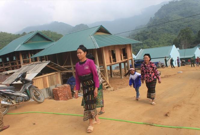Đồng bào vùng lũ Sa Ná, xã Na Mèo,huyện Quan Sơn (Thanh Hoá)chuyển đến nơi tái định cư mới sáng 29/11/2019