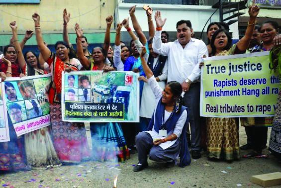 Sau khi biết tin cảnh sát bắn chết bốn nghi can, nhiều người đã đổ ra đường bày tỏ sự vui mừng  ảnh: Reuters