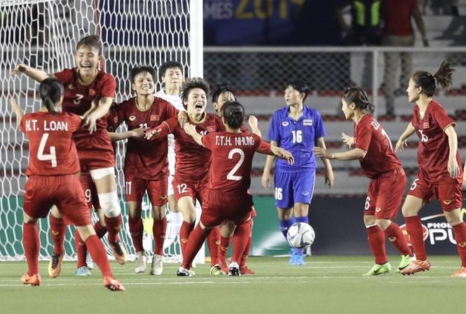Các nữ tuyển thủ vỡ òa trong niềm vui khi Hải Yến đánh đầu tung lưới tuyển nữ Thái Lan ở hiệp phụ thứ 1  ảnh: ttxvn