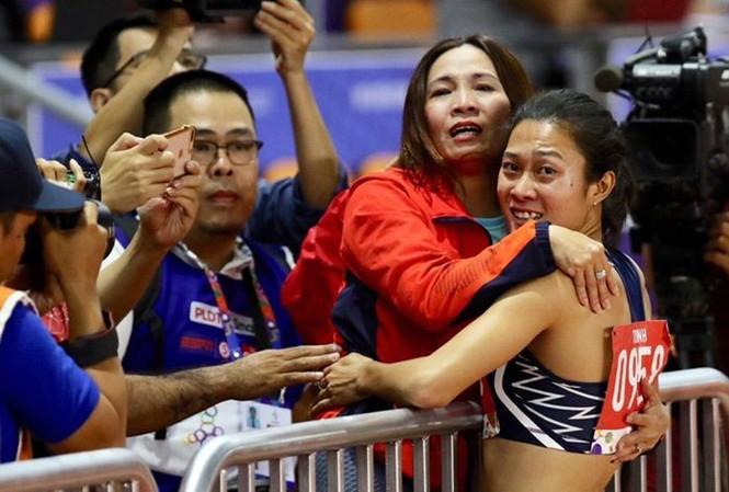 Hai cô trò rơm rớm nước mắt khi đoạt huy chương Vàng cự ly 100m tại SEA Games 30  Ảnh từ facebook HLV Thanh Hương