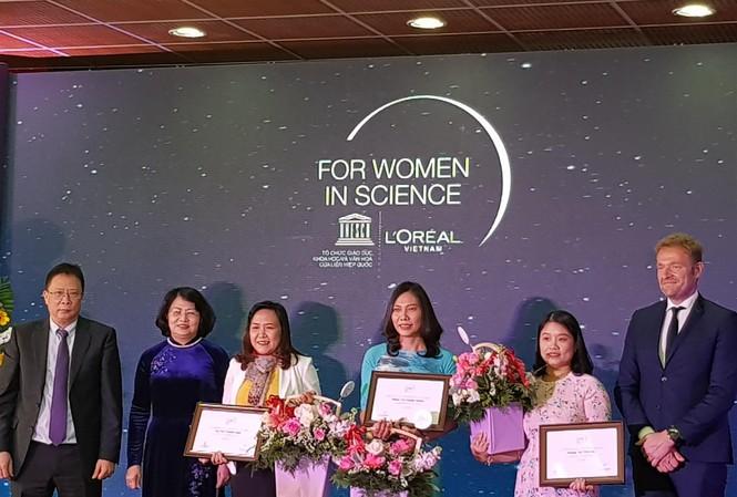 Phó Chủ tịch nước Đặng Thị Ngọc Thịnh cùng các đại biểu trao giải cho 3 nhà khoa học