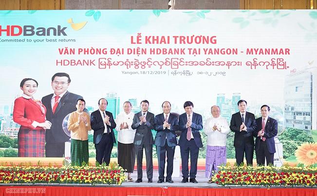 Thủ tướng Nguyễn Xuân Phúc dự lễ khai trương văn phòng đại diện đầu tiên tại Myanmar của HDBank   Ảnh: VGP