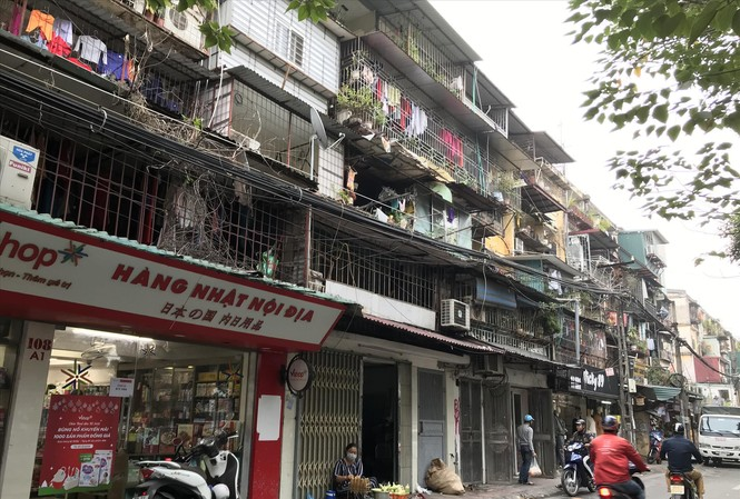 Nhiều căn hộ tại tập thể Thành Công xuống cấp, cơi nới khắp nơi Ảnh: Minh Tuấn