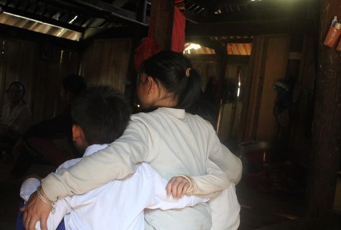 Dìu ôm hai đứa con trong căn nhà vừa được tu sửa lại