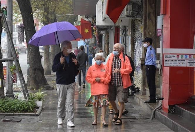 Du khách nước ngoài thăm Hà Nội