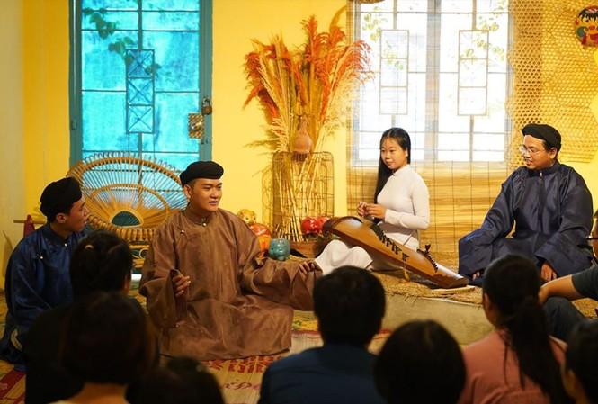 Sinh viên Lương Hoài Trọng Tính (thứ 2 từ trái qua) chia sẻ câu chuyện xưa với các bạn trẻ  Ảnh: Uyên Phương
