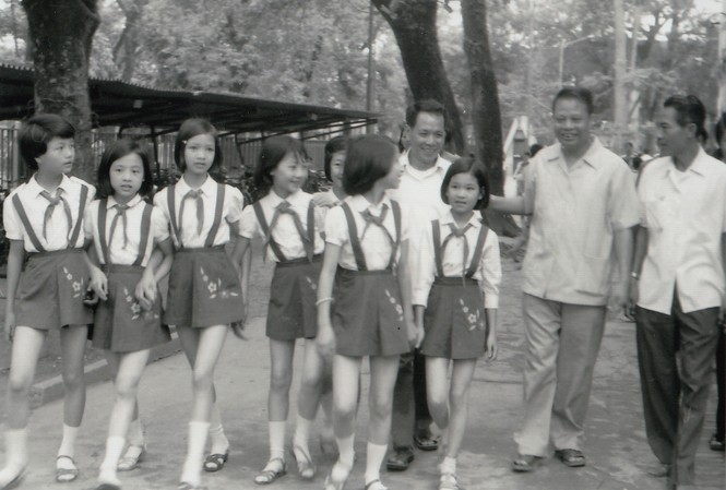 Đội Họa Mi cùng Giám đốc Cung Thiếu nhi Hà Nội Lê Khanh đón Bí thư Thứ nhất TƯ Đoàn thời đó- Đặng Quốc Bảo đến thăm. (Ông Đặng Quốc Bảo đứng giữa, ông Lê Khanh bên trái). Ảnh: Tư liệu