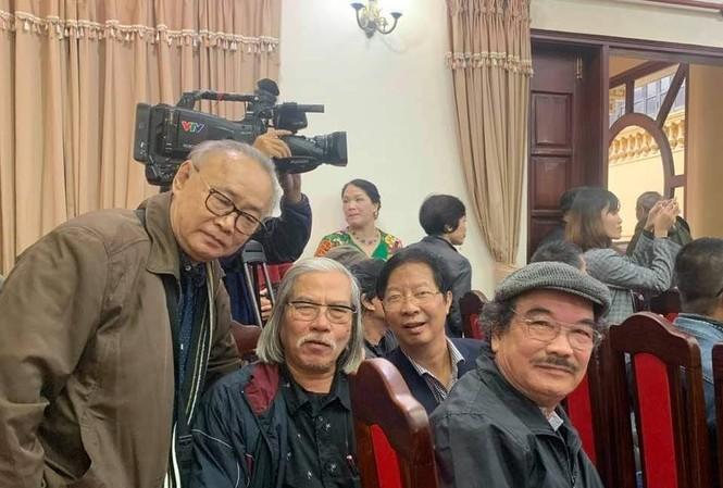Nguyễn Hiếu (đội mũ) trong Lễ kỷ niệm 100 năm ngày sinh Kim Lân